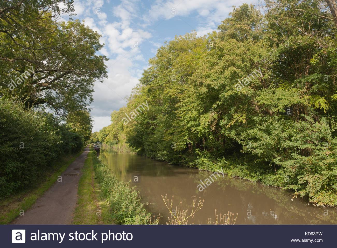 Nr Bath Inghilterra UK Kennet and Avon Canal passando attraverso la campagna inglese. Ciclo nazionale di instradamento Immagini Stock
