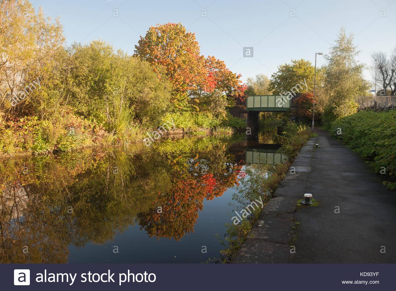 Manchester REGNO UNITO incredibili colori autunnali sono riflessi nelle acque del canale di Rochdale in Newton Heath Immagini Stock