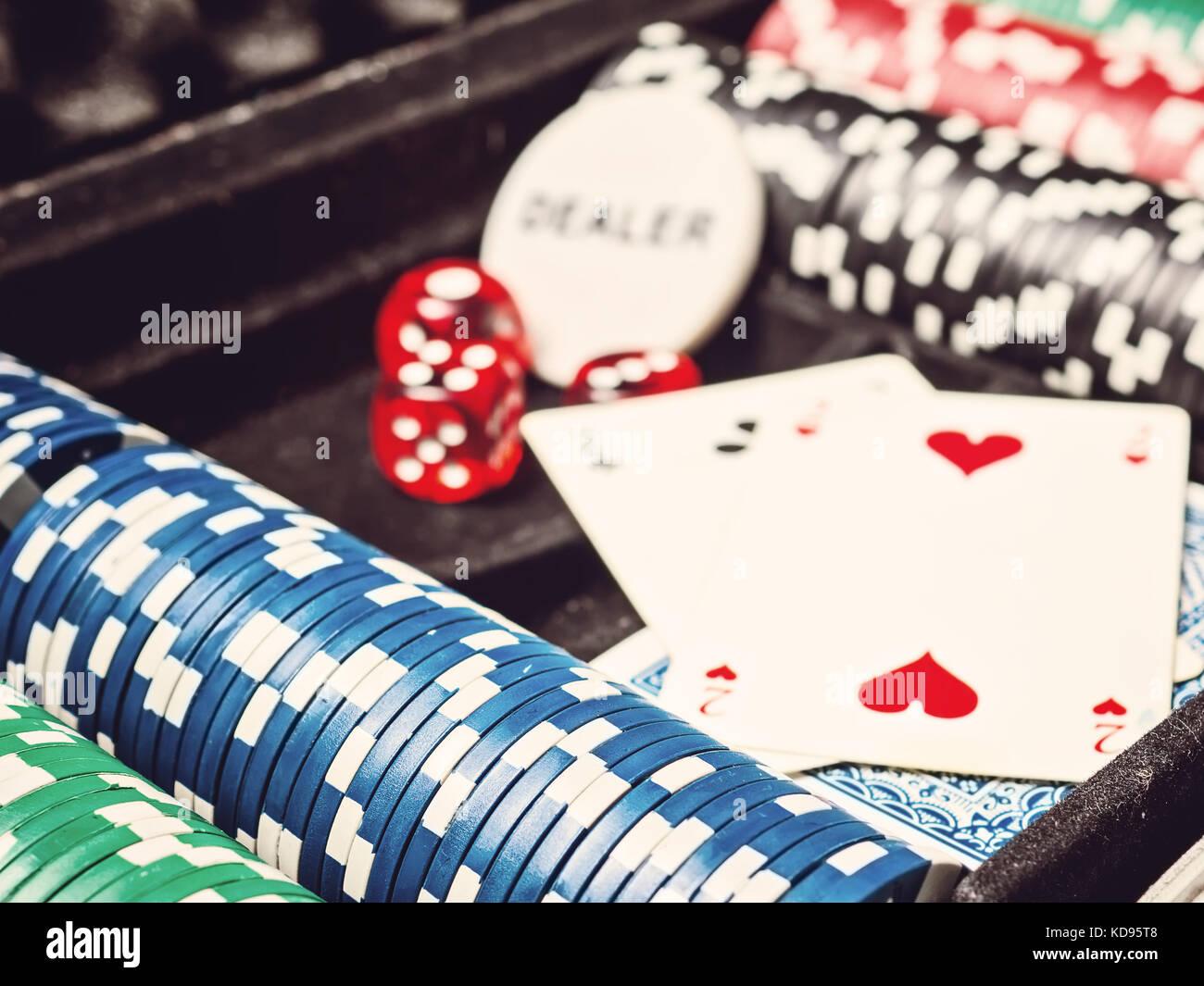 Serie di chip di poker o un contatore con carta e dadi in custodia in metallo Foto Stock
