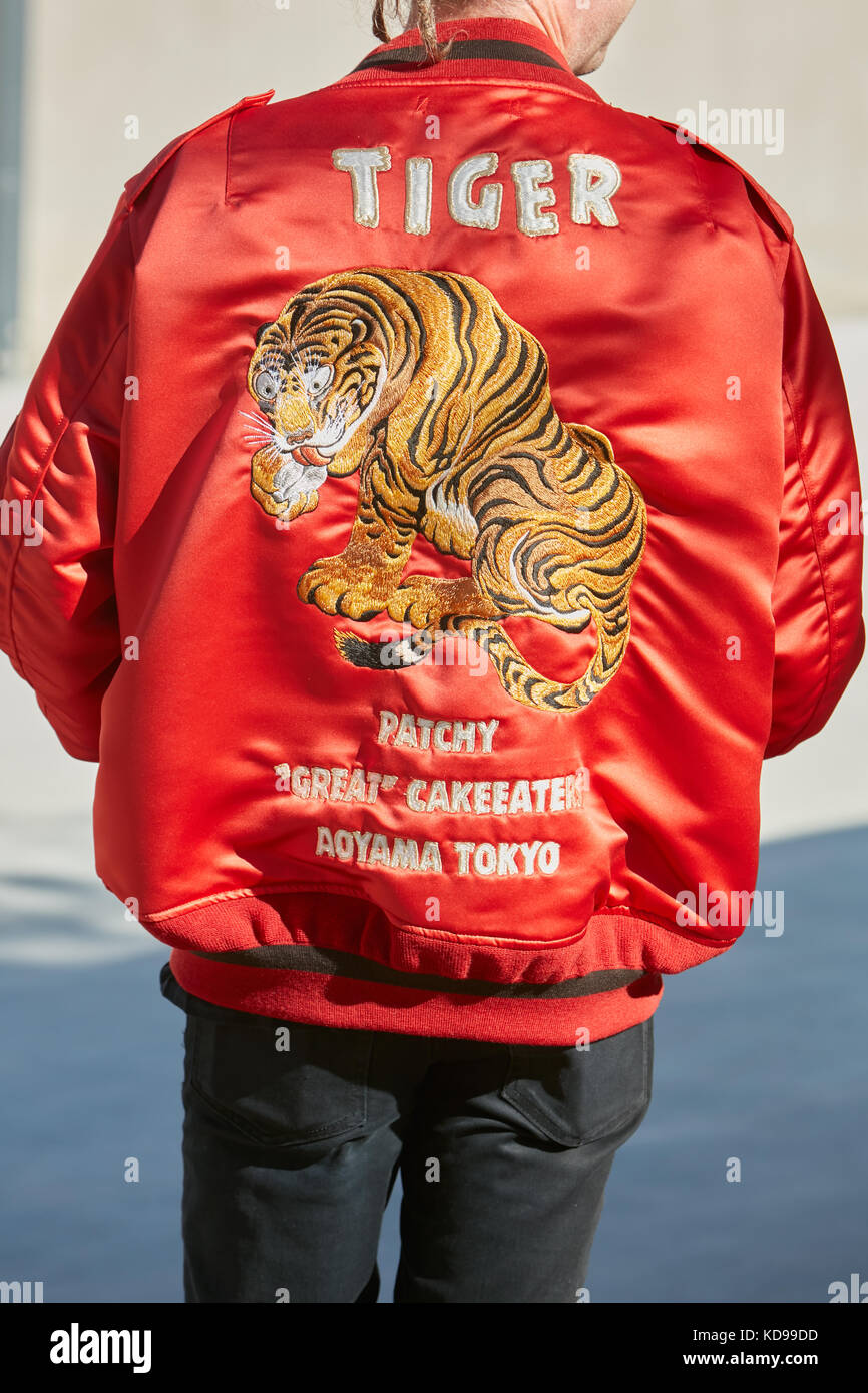 Milano - 20 settembre  uomo con red Giubbotto imbottito con ricamo tiger prima  di alberto fe912298c3a
