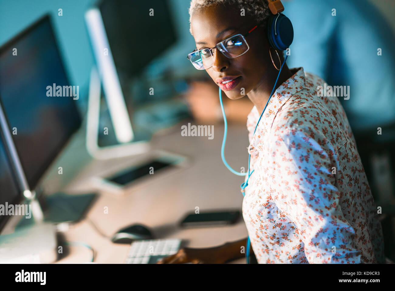 Ritratto di software designer che lavora in ufficio Foto Stock