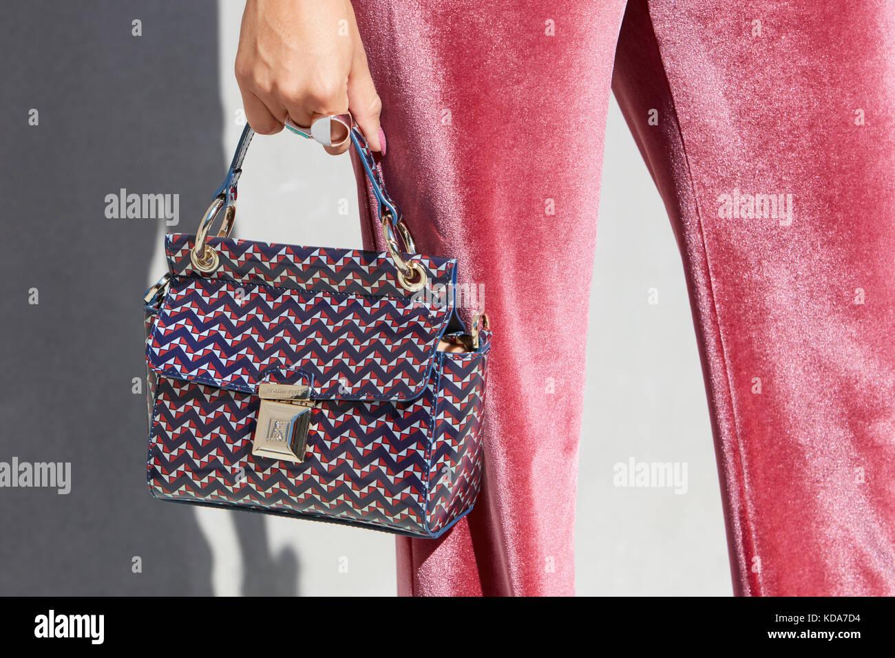 Milano - 20 settembre  donna con rosa pantaloni di velluto e patrizia pepe  sacco prima e256e2a0fa5f