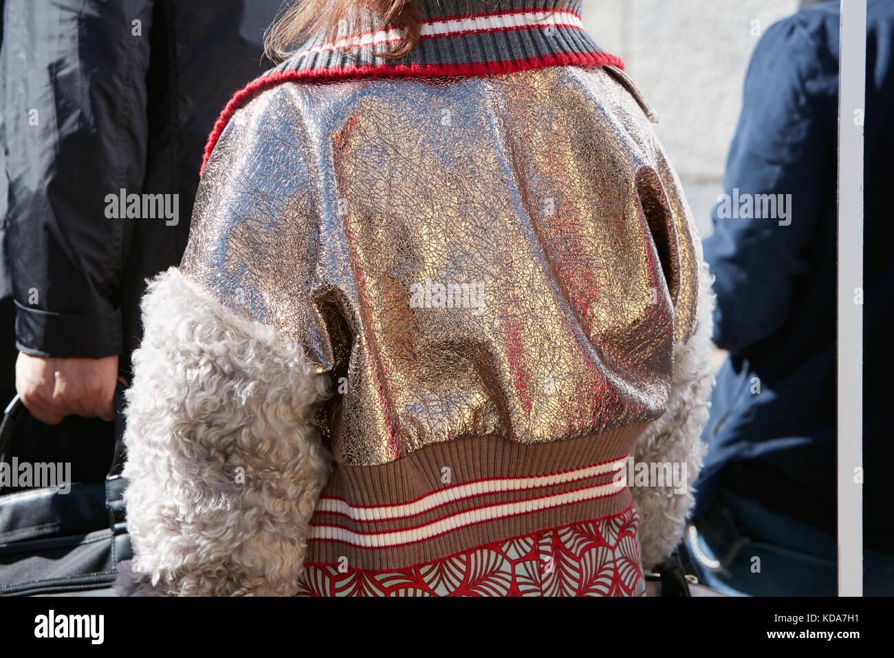 Milano - 20 settembre  donna con bombardiere metallico giacca con maniche  in pelliccia prima di 9e70a8dbfb7