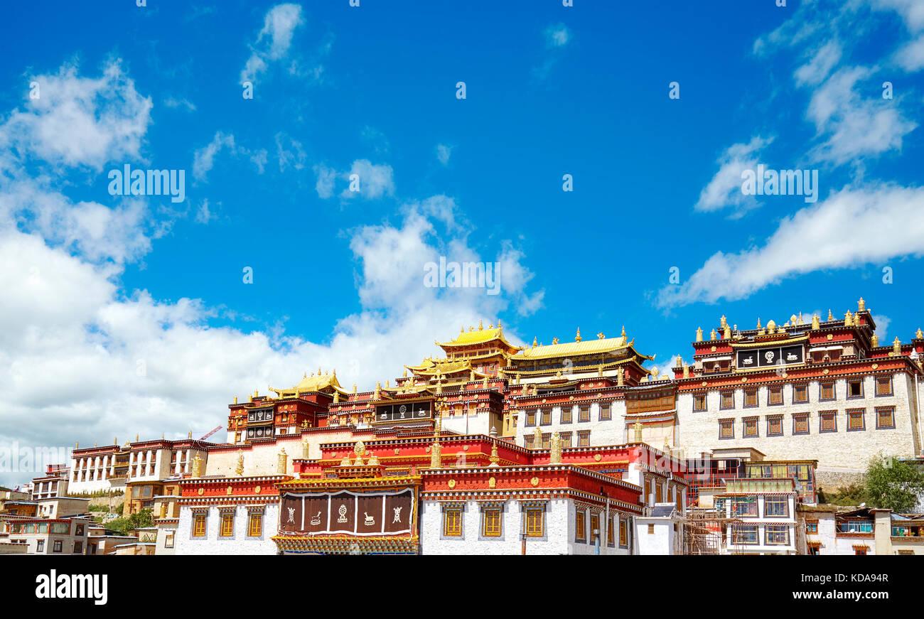 Monastero songzanlin, noto anche come sungtseling, ganden sumtsenling o poco potala, Yunnan in Cina. Immagini Stock