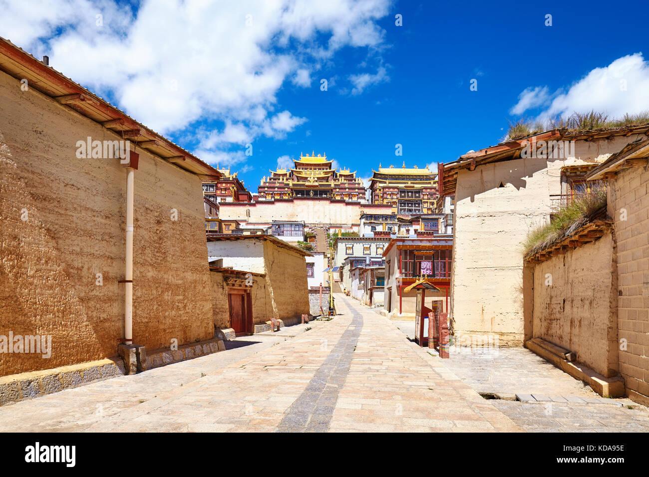 Strada nel monastero Songzanlin, noto anche come sungtseling, ganden sumtsenling o poco potala, Yunnan in Cina. Immagini Stock