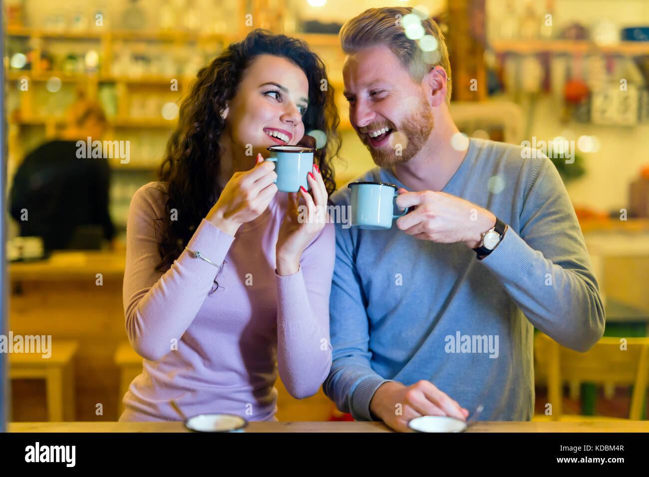 Coppia romantica avente data nel coffee shop Immagini Stock