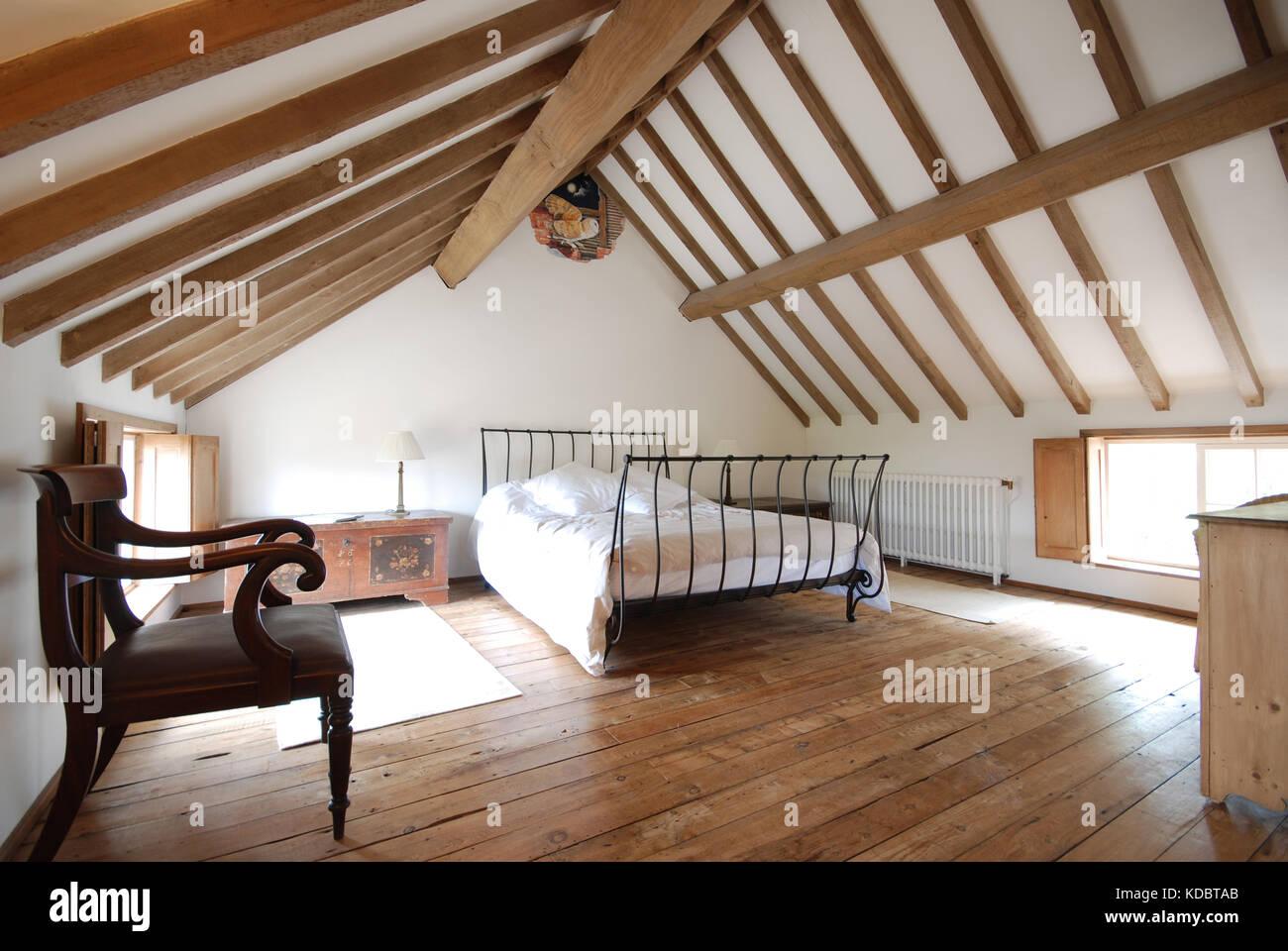 Mansarda Camera da letto con travi a vista e il parquet in ...