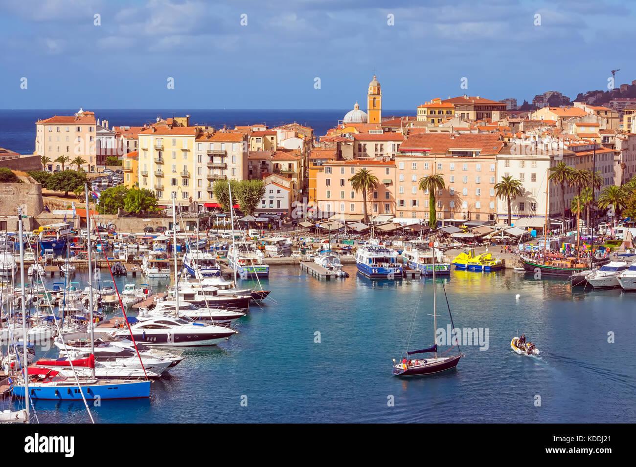 Al di sopra di guardare verso il basso su Ajaccio marina e la Città Vecchia, Corsica, Francia. Immagini Stock