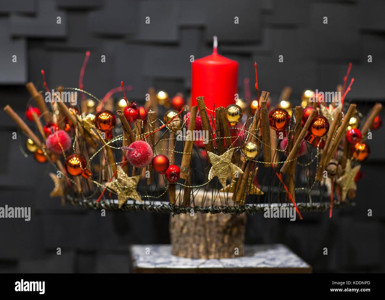 Sfere decorative e stelle decorato colore oro candela rossa su uno