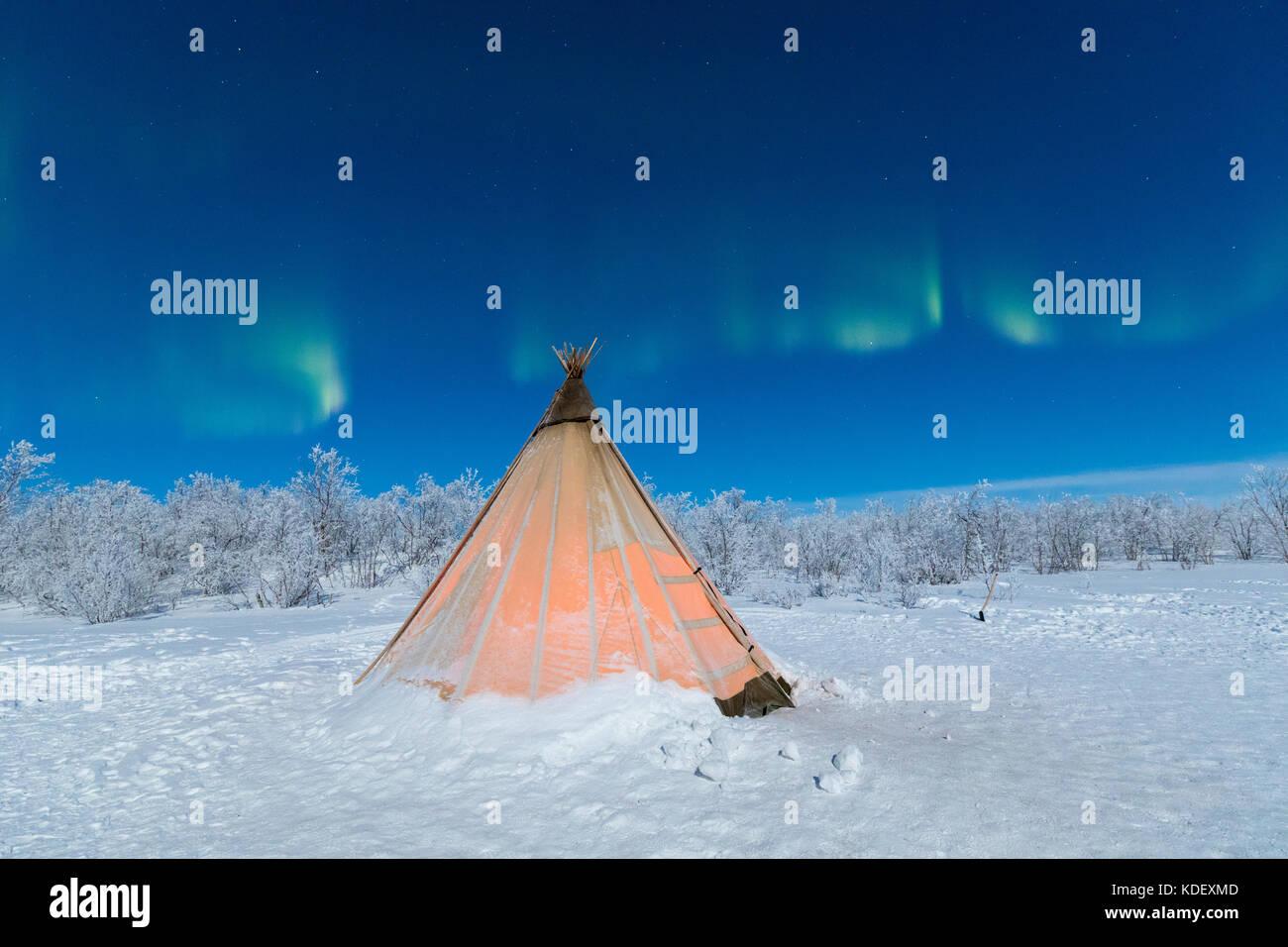 Sami isolata tenda nella neve sotto le luci del nord, abisko, kiruna comune, norrbotten county, Lapponia, Svezia Immagini Stock