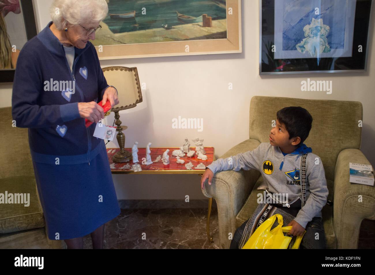 Regali Di Natale Per Le Nonne.Adottato Il Ragazzo Di Latina Apre I Regali Di Natale Con La Sua