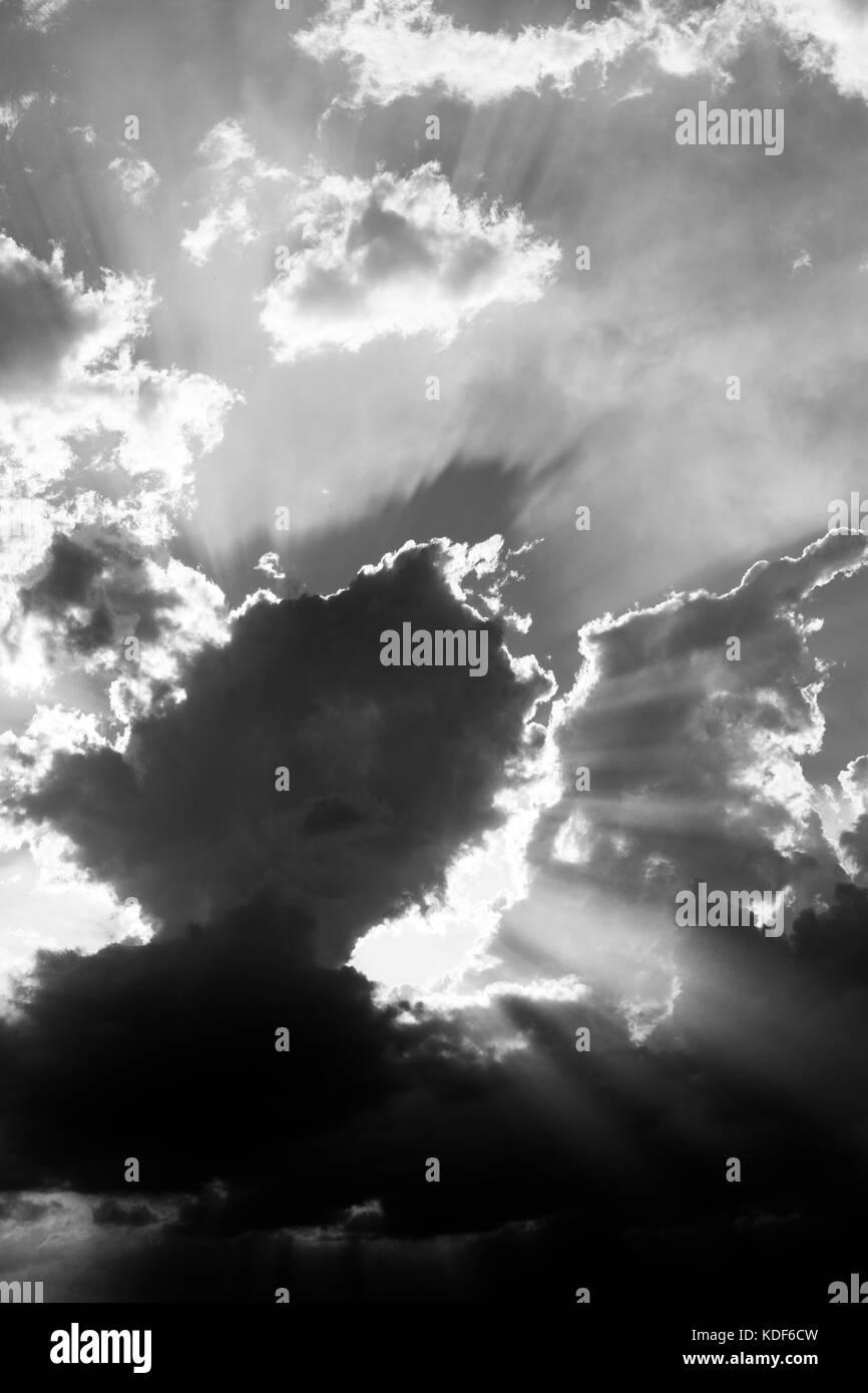 Potenti raggi del sole uscente attraverso alcune nuvole Immagini Stock