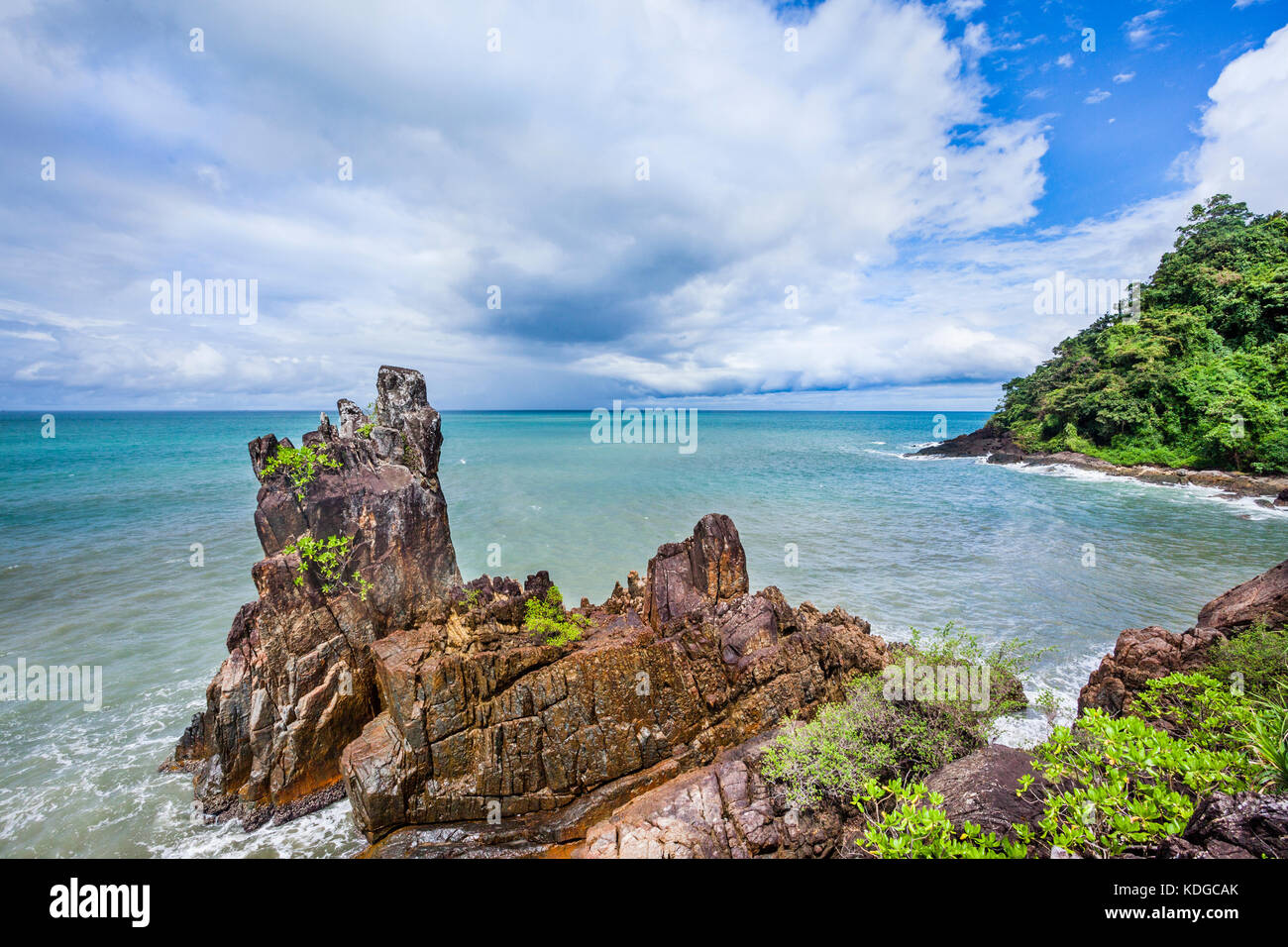 Thailandia, Trat Provincia, isola tropicale di Koh Chang nel Golfo della Thailandia, il promontorio roccioso di Immagini Stock