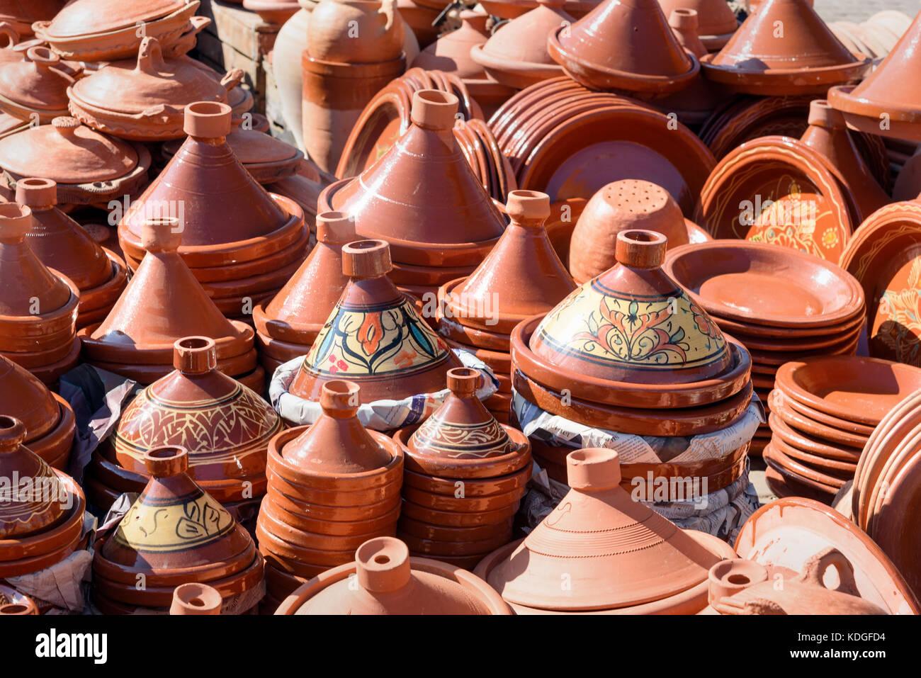 Ceramica tradizionale tagins per la vendita nel mercato della città di Meknes. Il Marocco Foto Stock