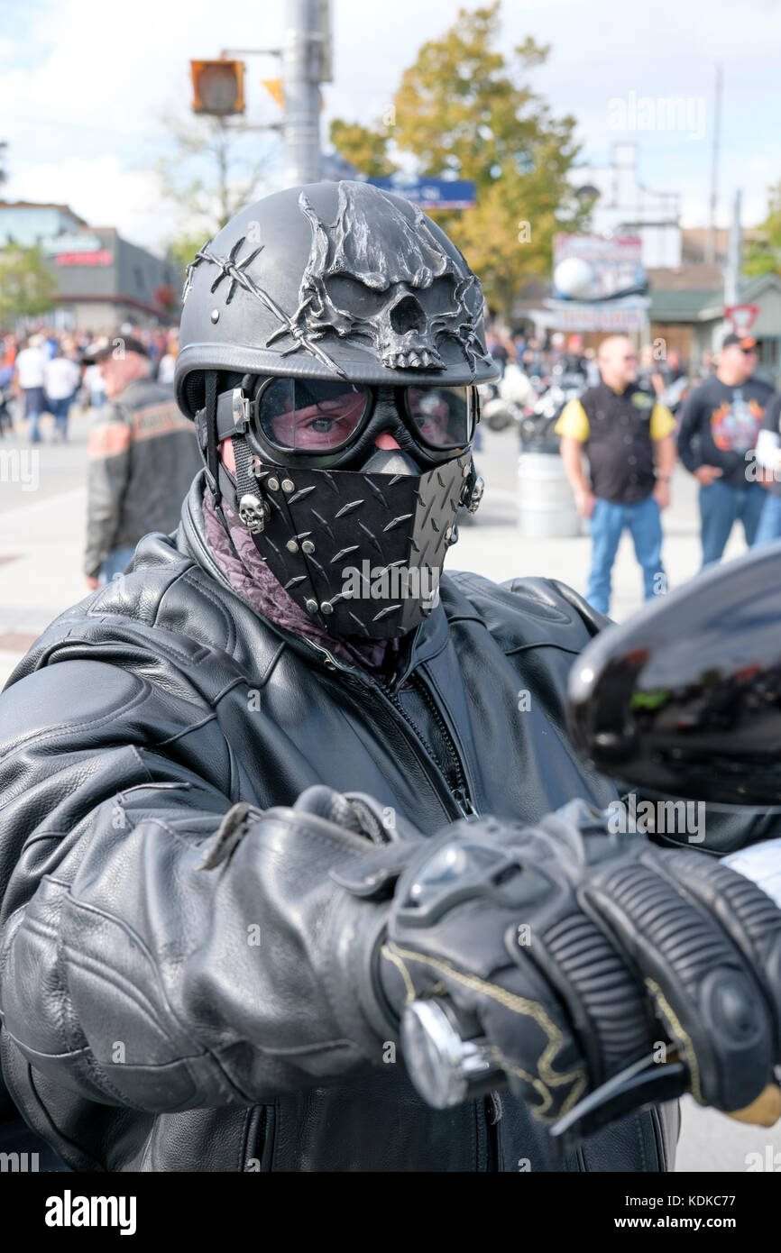593e968aa34b4 Porto di Dover, Ontario, Canada, 13 ottobre 2017. Migliaia di motociclisti  da