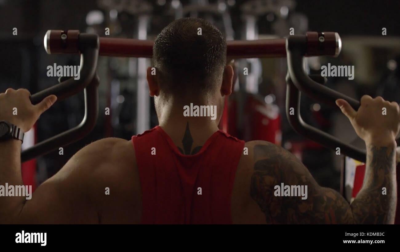 Atletica formazione uomo muscoli della schiena in palestra. brutale forti uomini atletica pompando i muscoli e treno Immagini Stock