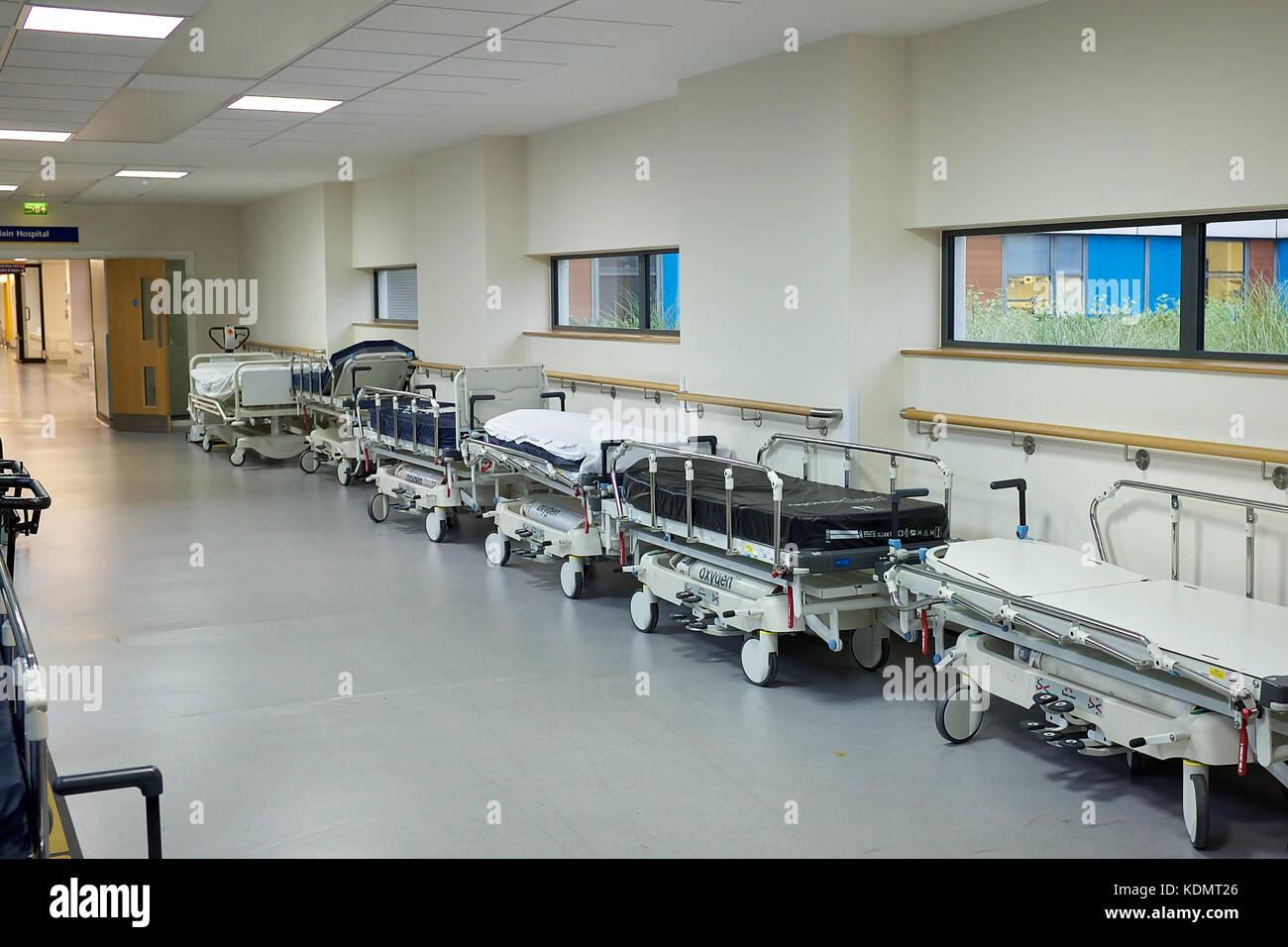Lungo Il Corridoio In Inglese : Svuotare letti di ospedale lungo il corridoio foto immagine