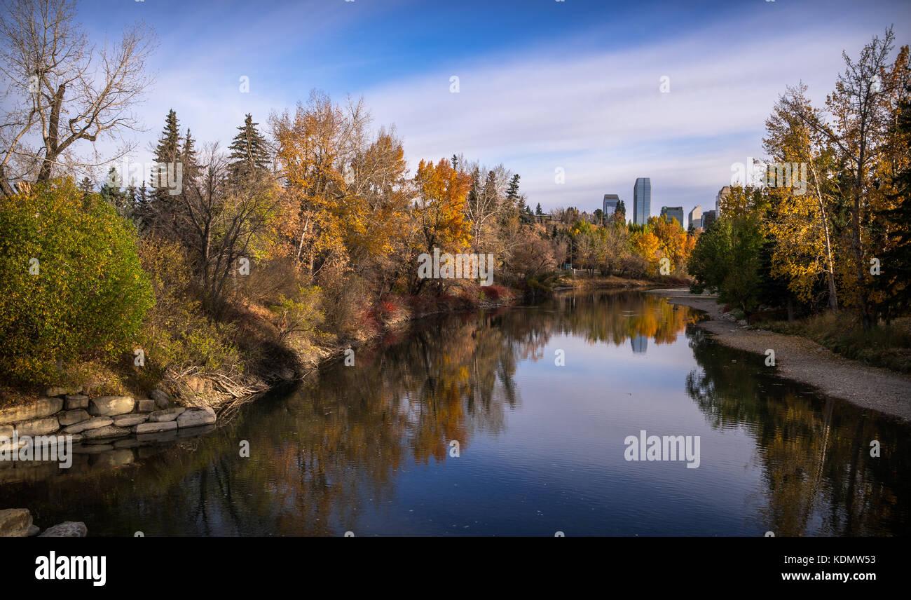 Il gomito nel fiume Calgary in autunno con colori vibranti Immagini Stock