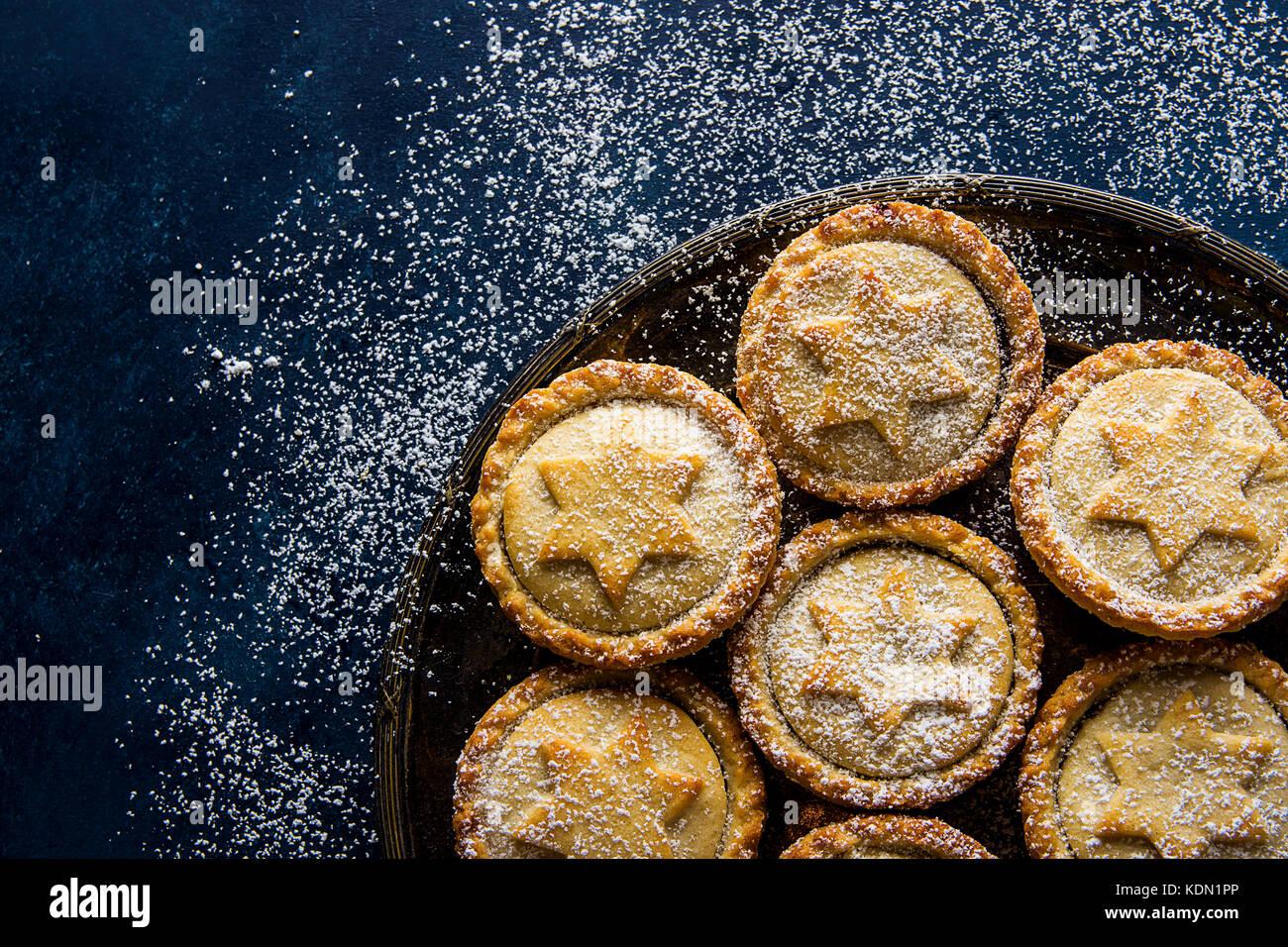 Tradizionale natale britannico pasticceria dolce cotto domestico pasticci di carne macinata con apple uvetta dadi Immagini Stock