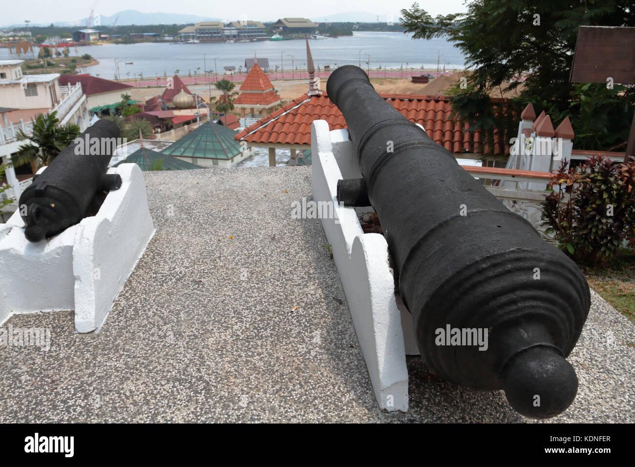 Due cannoni sulla sommità della collina di putri a Kuala Terengganu, Malaysia. cannoni sono localmente noto Immagini Stock