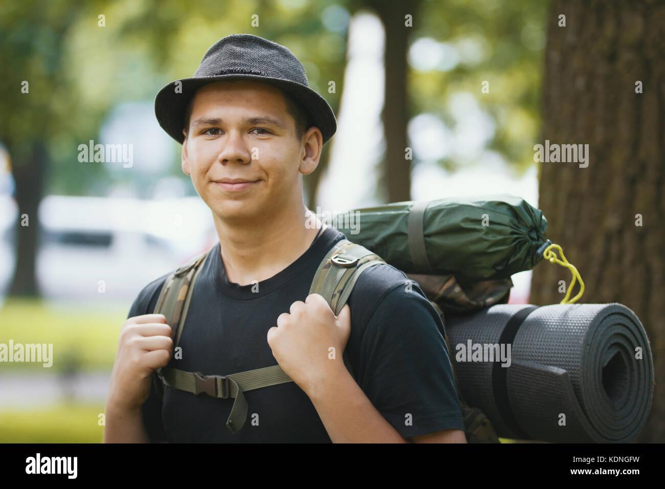 Ritratto di un giovane uomo di turisti in hat con zaino outdoor Immagini Stock