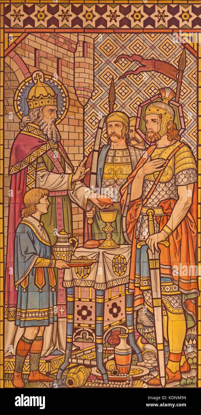 Londra - il mosaico di piastrelle dell'offerta di Melchisedek nella chiesa di tutti i santi progettato da butterfield Immagini Stock