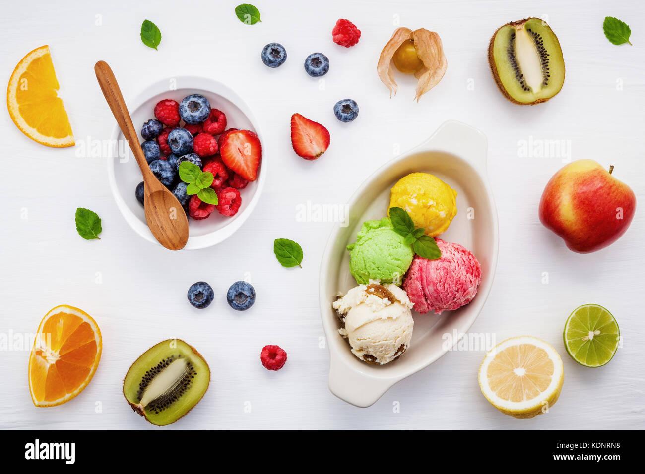 ,Fetta di arancia , dimezzare kiwi ,apple,limone e menta piperita in legno bianco . estate e dolce concetto menu Immagini Stock