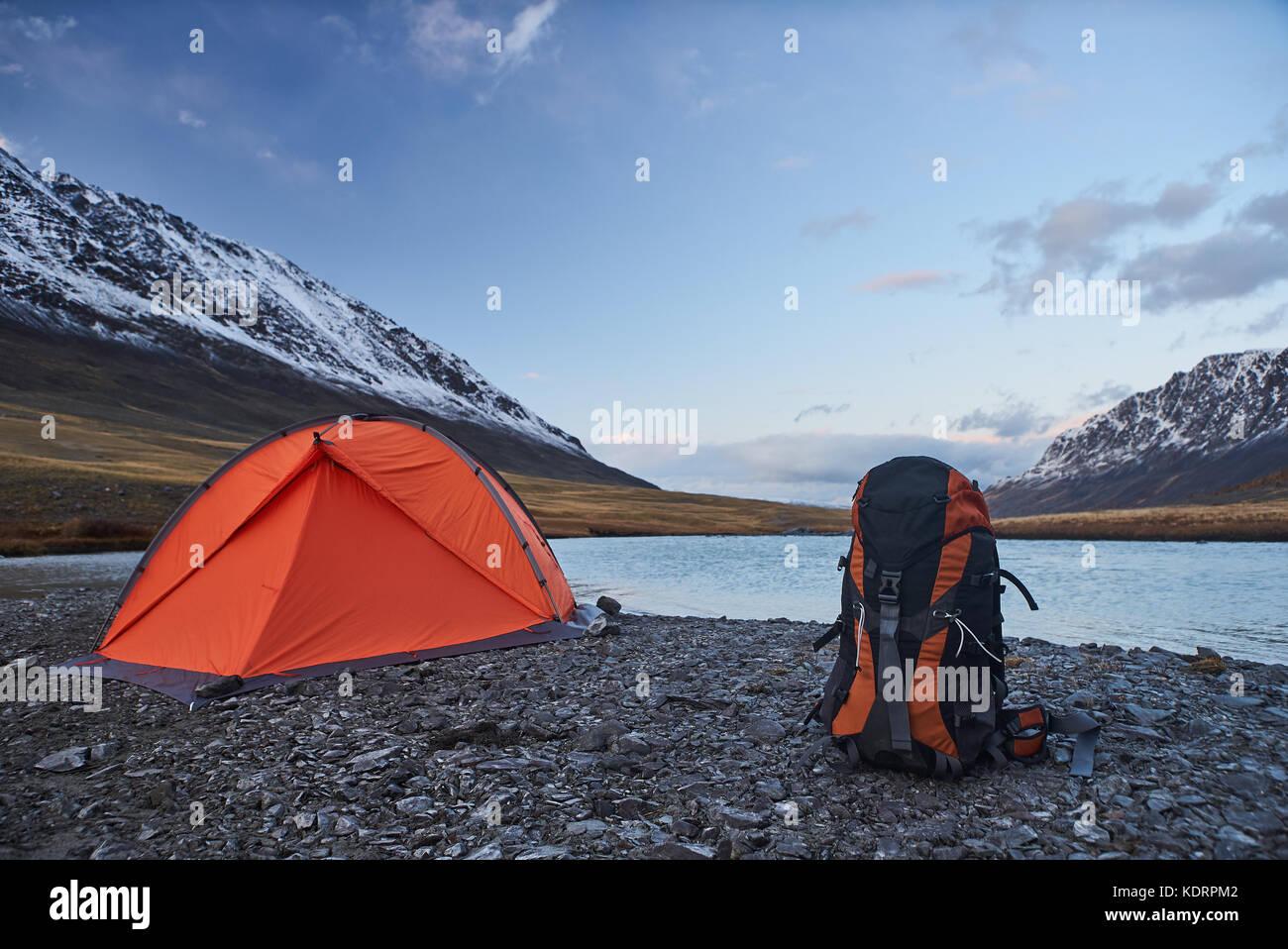 Tenda con zaino in montagna Immagini Stock