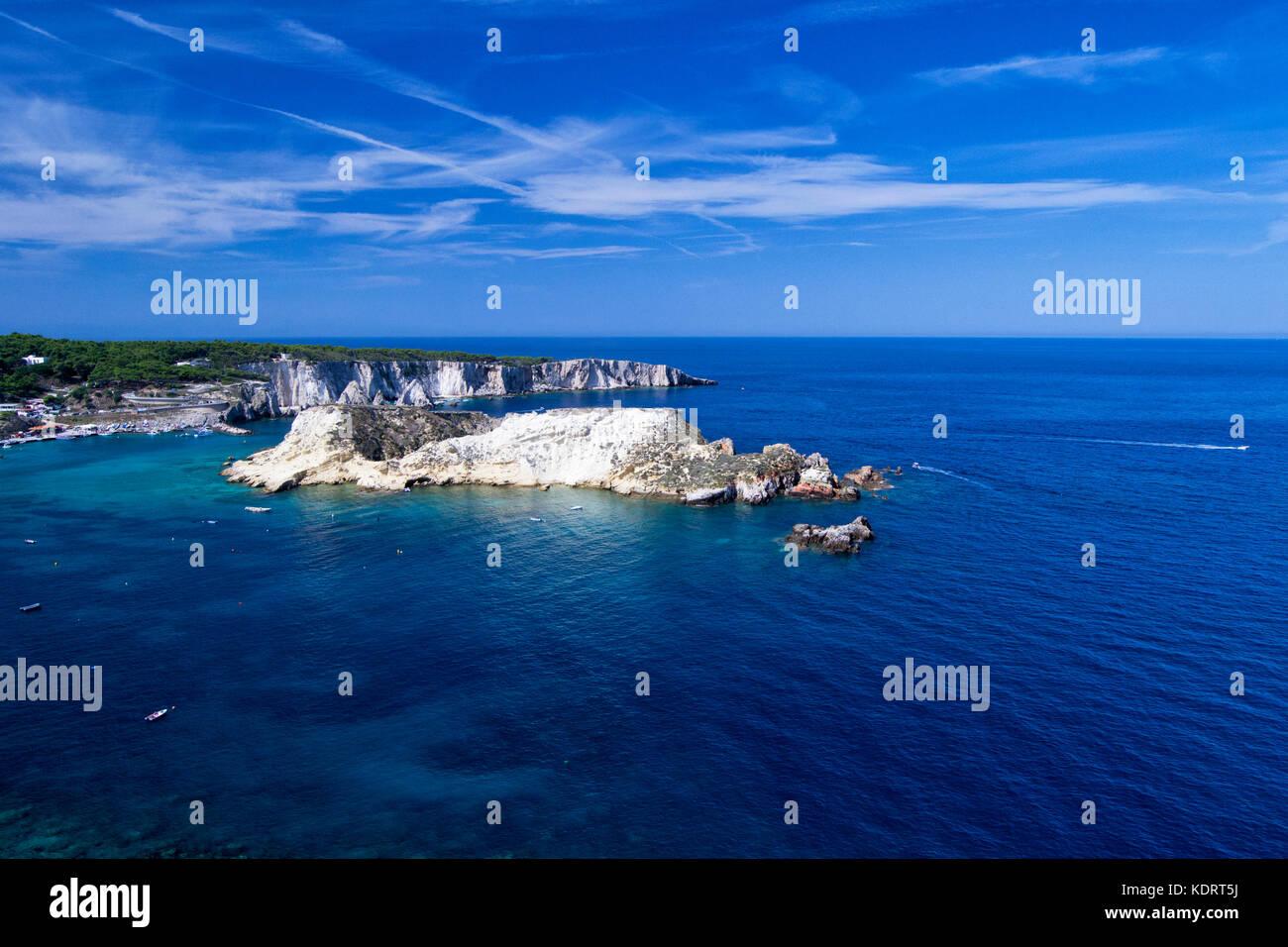 Isole Tremiti con acqua blu, barche e nuvole. gargano puglia ...