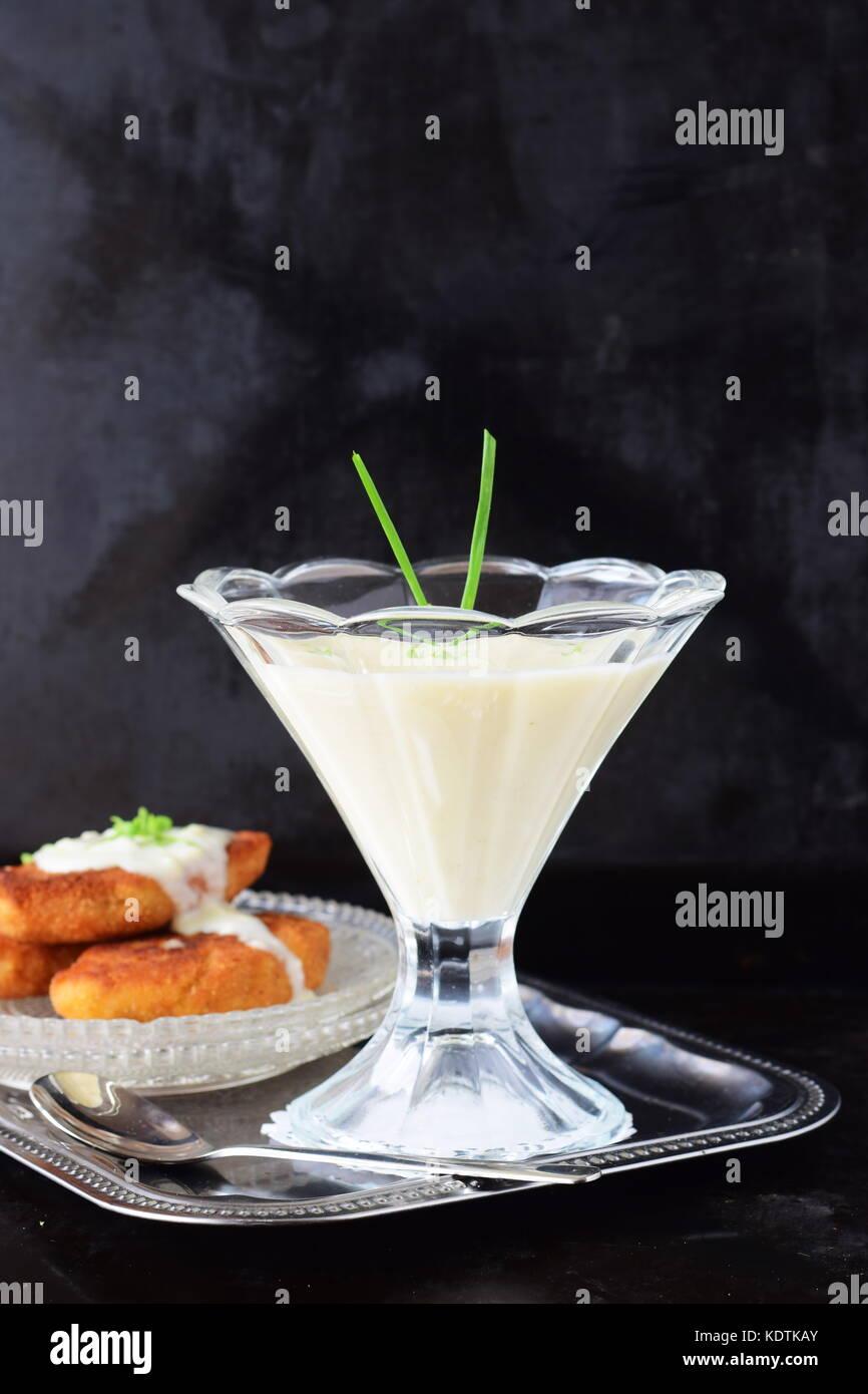 Semplice e facile per cucinare a base di latte in salsa un bicchiere su un vassoio di metallo cibo sano concetto Immagini Stock