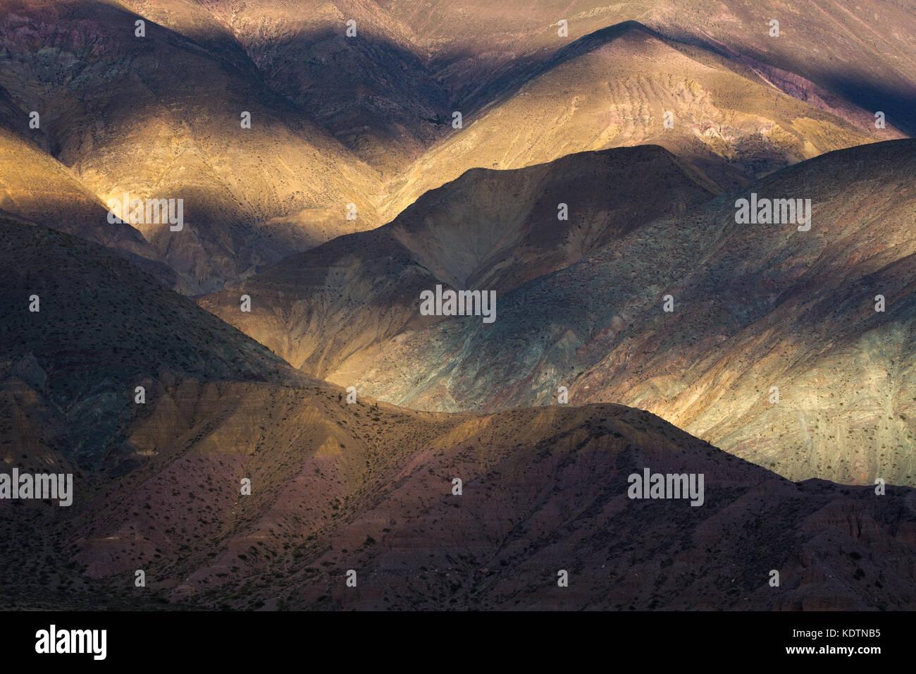 La prima luce sulle colline vicino a purmamarca, quebrada de humahuacha, provincia di Jujuy, Argentina Immagini Stock