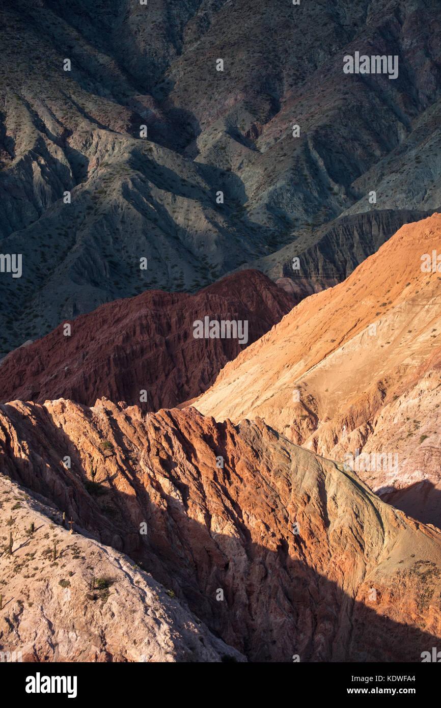 Il Cerro de siete colores (collina di sette colori) a purmamarca, quebrada de humahuacha, provincia di Jujuy, Argentina Immagini Stock
