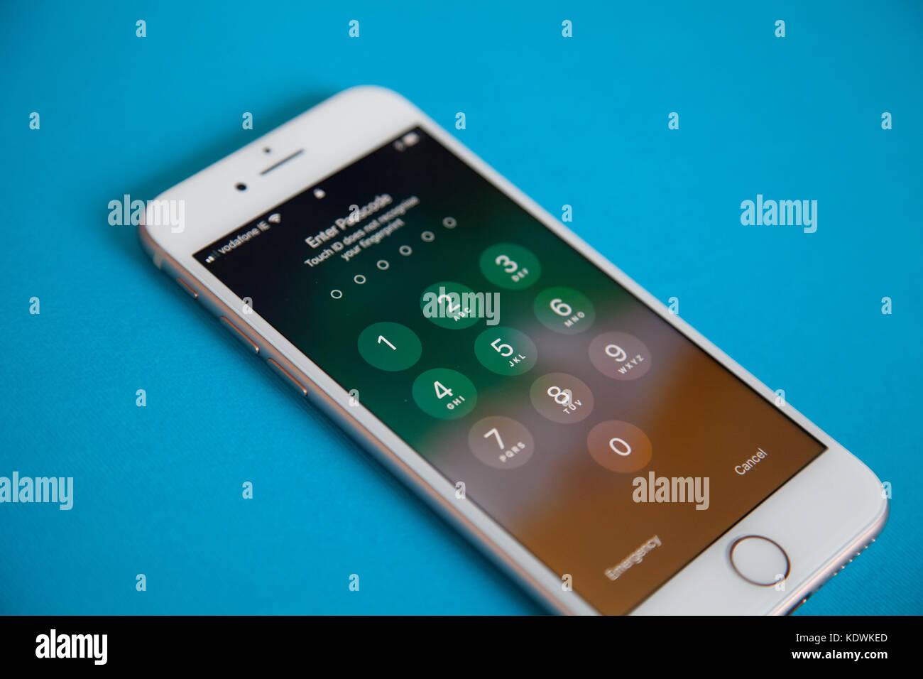 Apple Iphone 8 Modello Di Schermo Di Login Contro Un Colore Blu