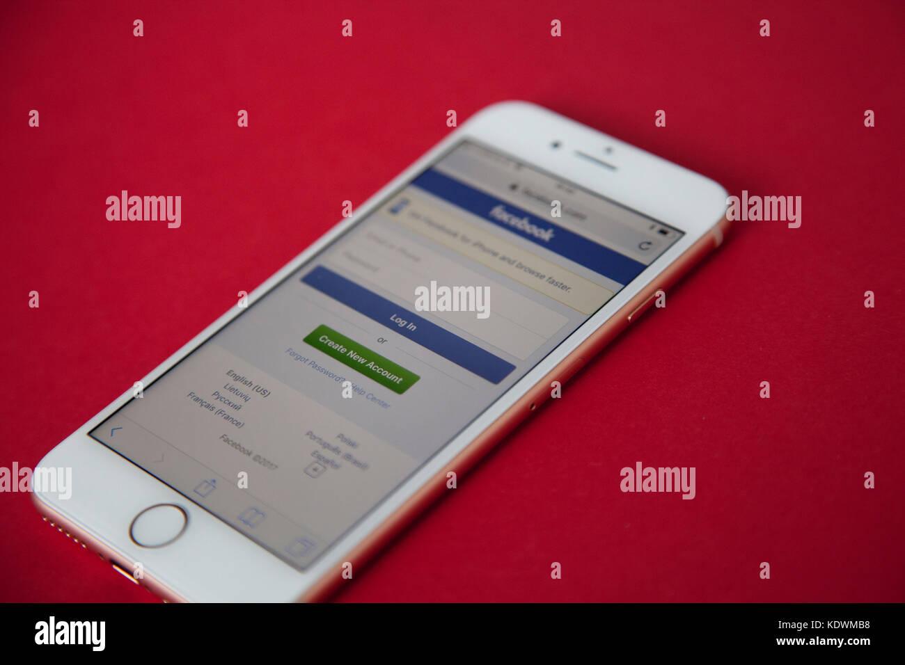 Apple Iphone 8 Modello Con Facebook Login Schermo Contro Un Rosso