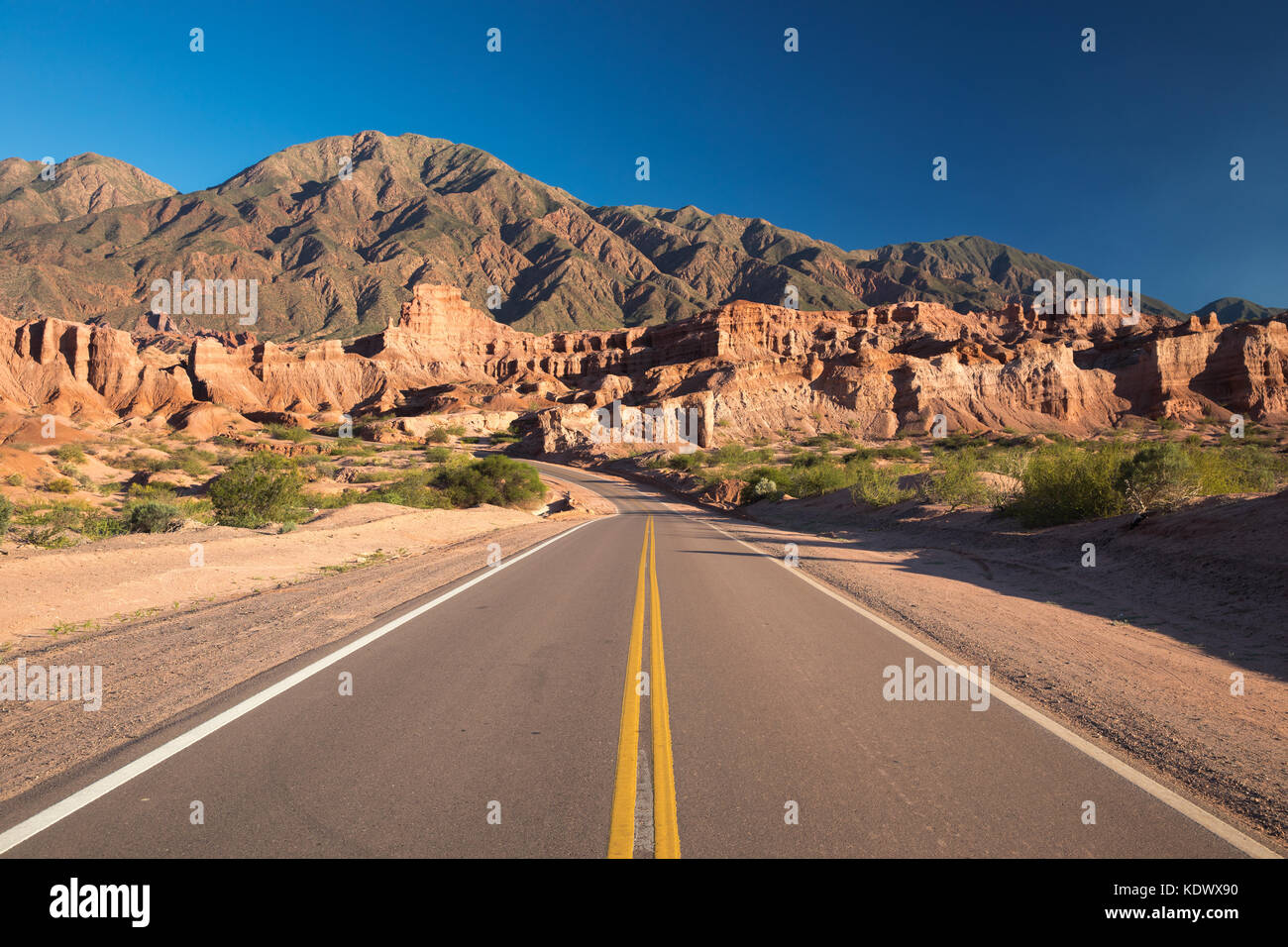 La strada verso il basso la quebrada de la conches, Valles Calchaquies, provincia di Salta, Argentina Immagini Stock