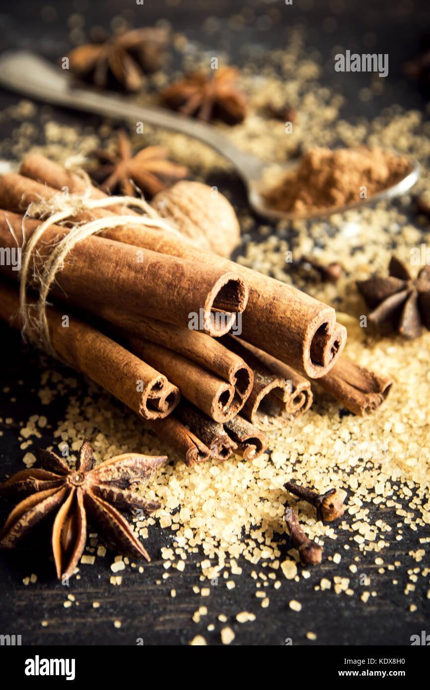 Il natale di spezie e di ingredienti cottura. bastoncini di cannella, anice stelle, noce moscata, cardamomo, chiodi Immagini Stock