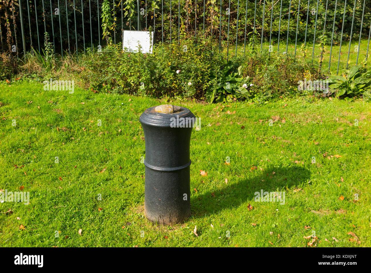 Lapide / tablet accanto alla canna di un cannone in Roy Grove, Hampton, Regno Unito. Principali Gen. Roy utilizzato Immagini Stock