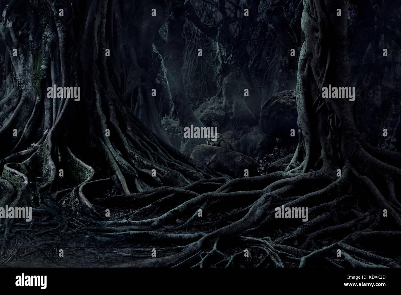 Spooky halloween morti misteriose creepy foresta di alberi con radici intrecciati e due lizard sulla notte nebbiosa Immagini Stock