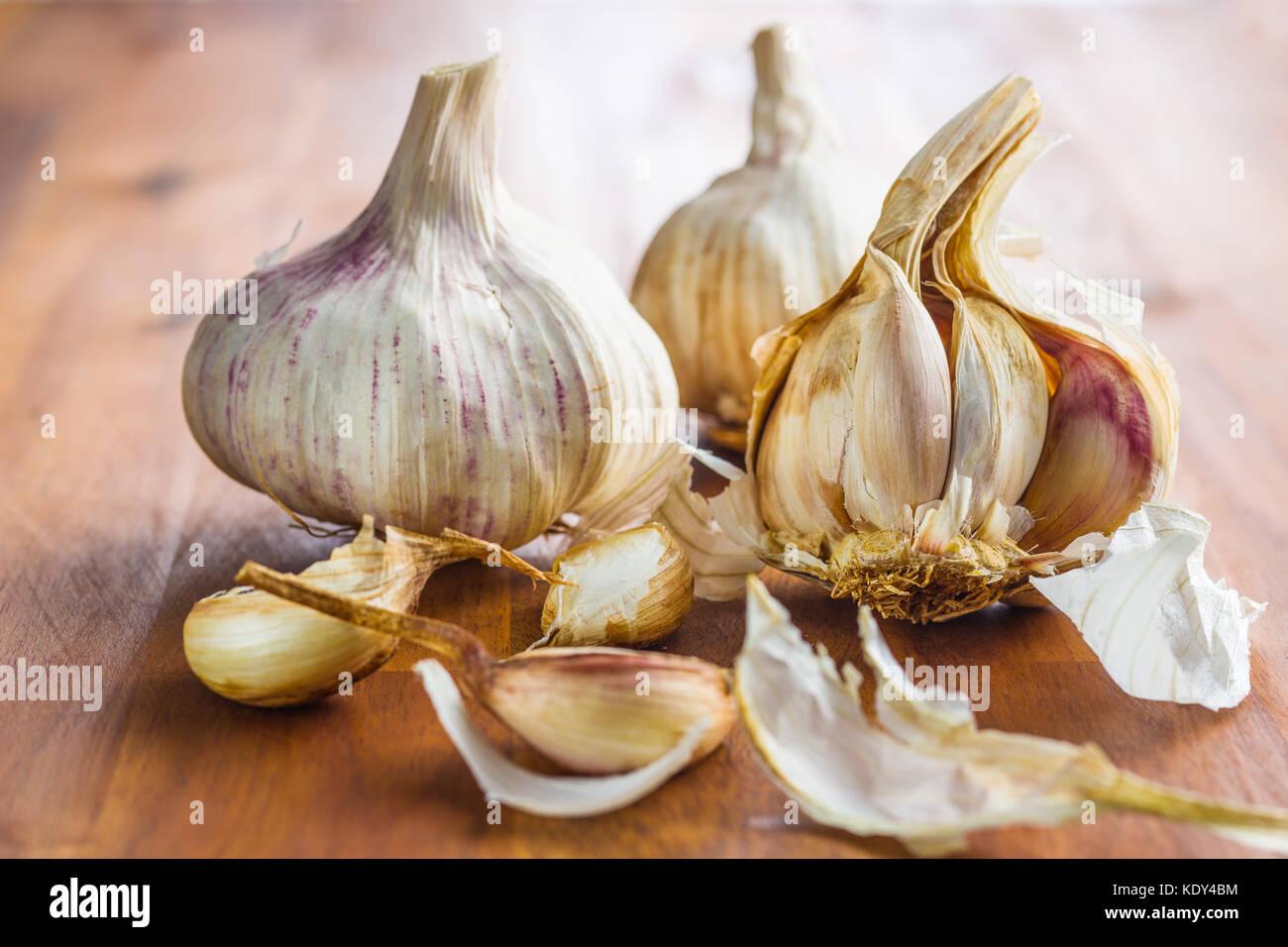 Fresco e salutare l'aglio sul tavolo di legno. Immagini Stock