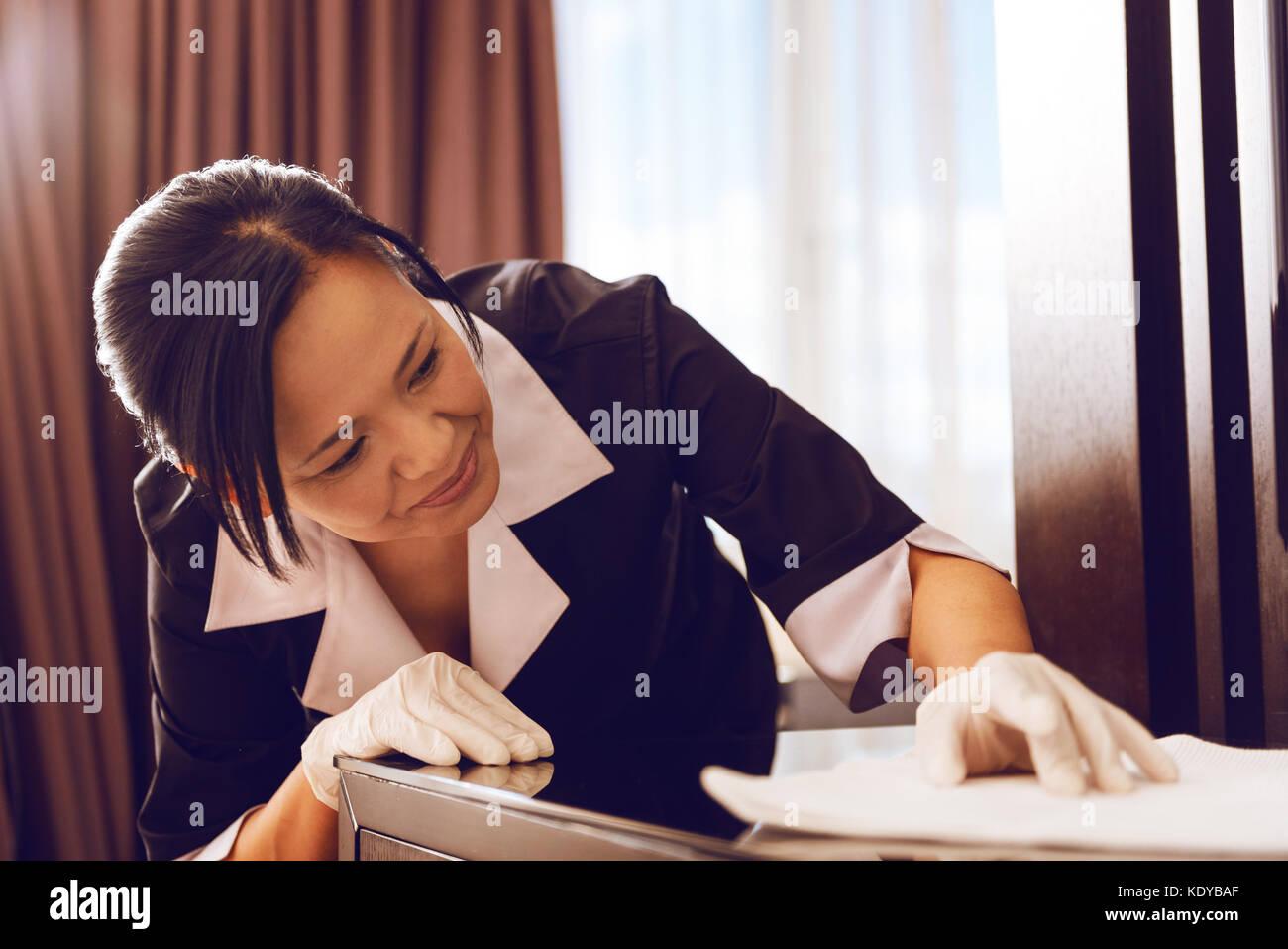 Attento cameriera facendo il suo lavoro con piacere Immagini Stock