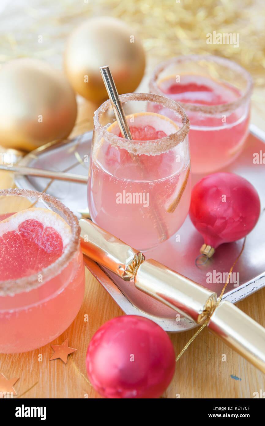 Rosa champagne cocktail e festoso decorazioni di Natale Immagini Stock