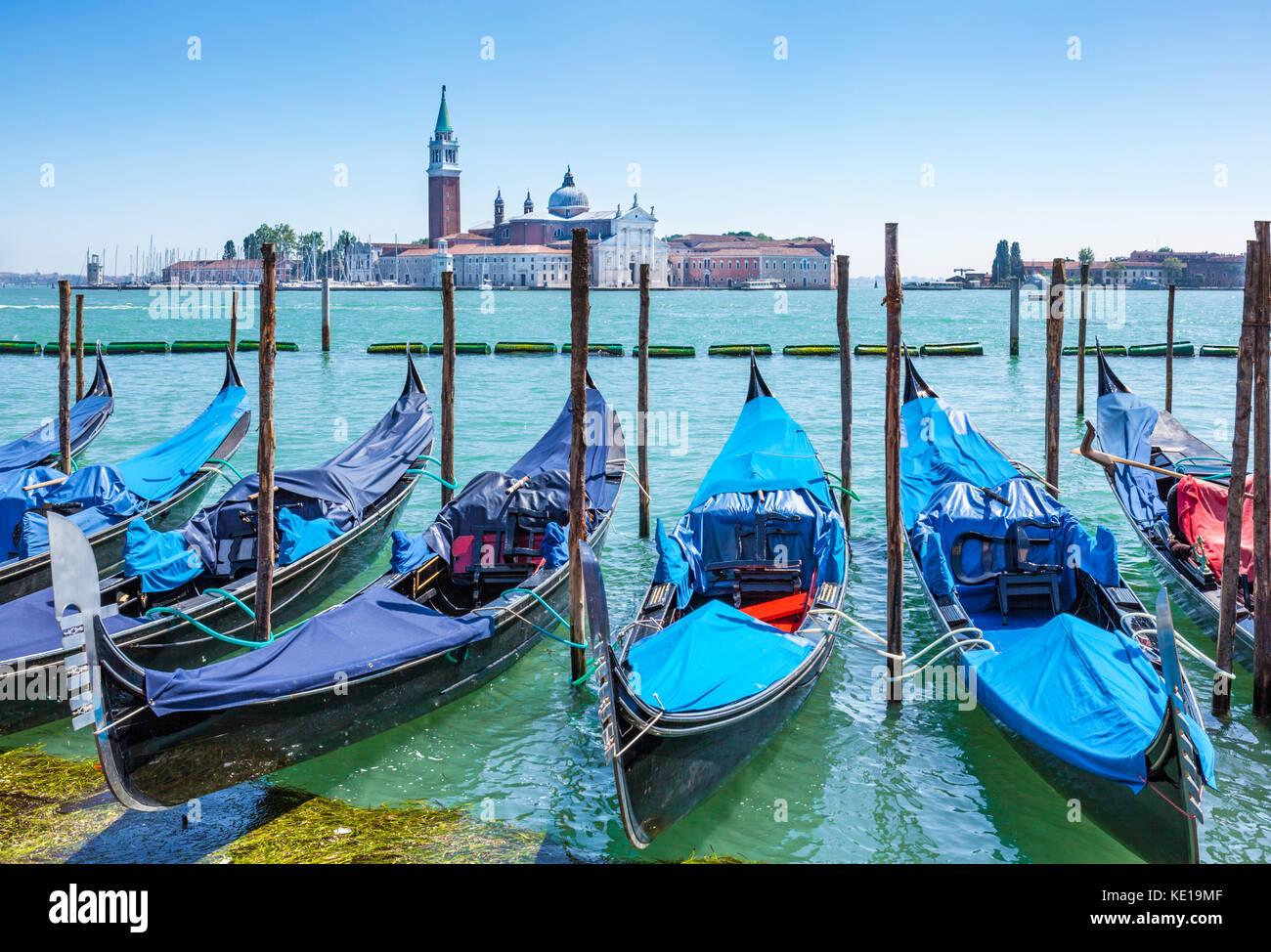 Italia Venezia Italia ormeggiate le gondole del Canal Grande Venezia di fronte all' Isola di San Giorgio Maggiore Immagini Stock