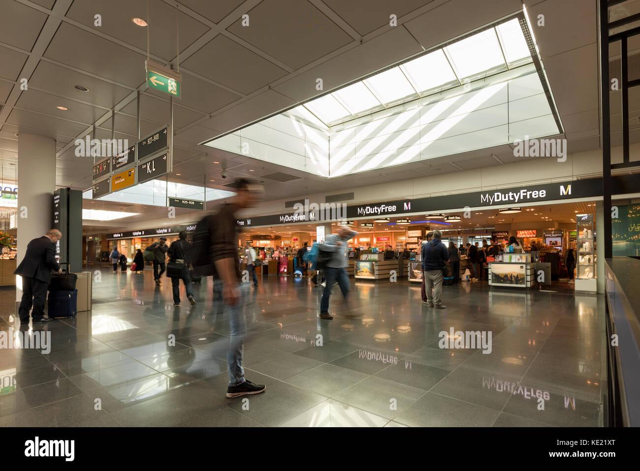 Il negozio duty free e area principale del terminal dell