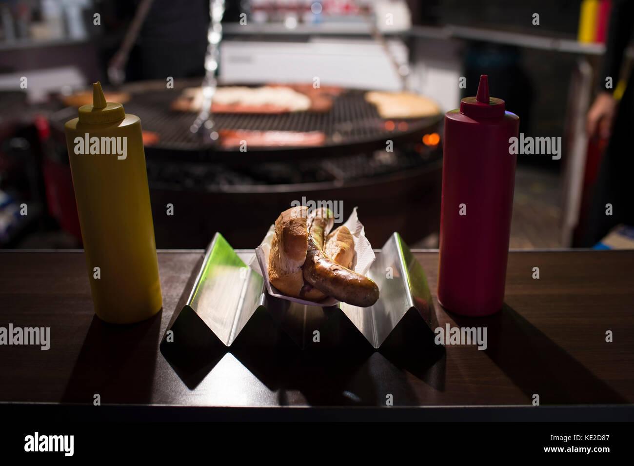 La salsiccia nel pane di sera nello stand di salsiccia Immagini Stock