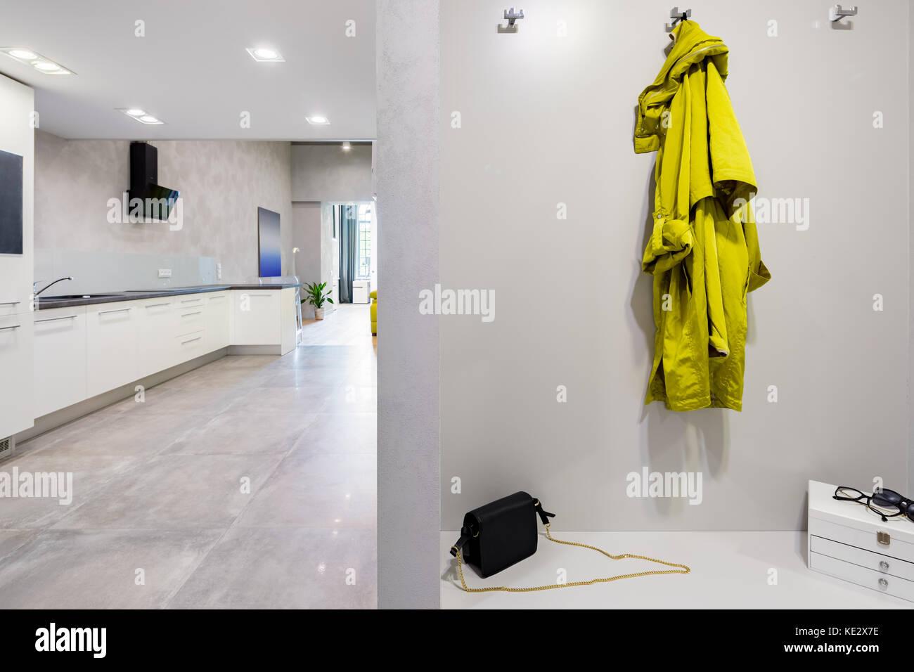 Vista dal corridoio con il nuovo design cucina bianca con ...