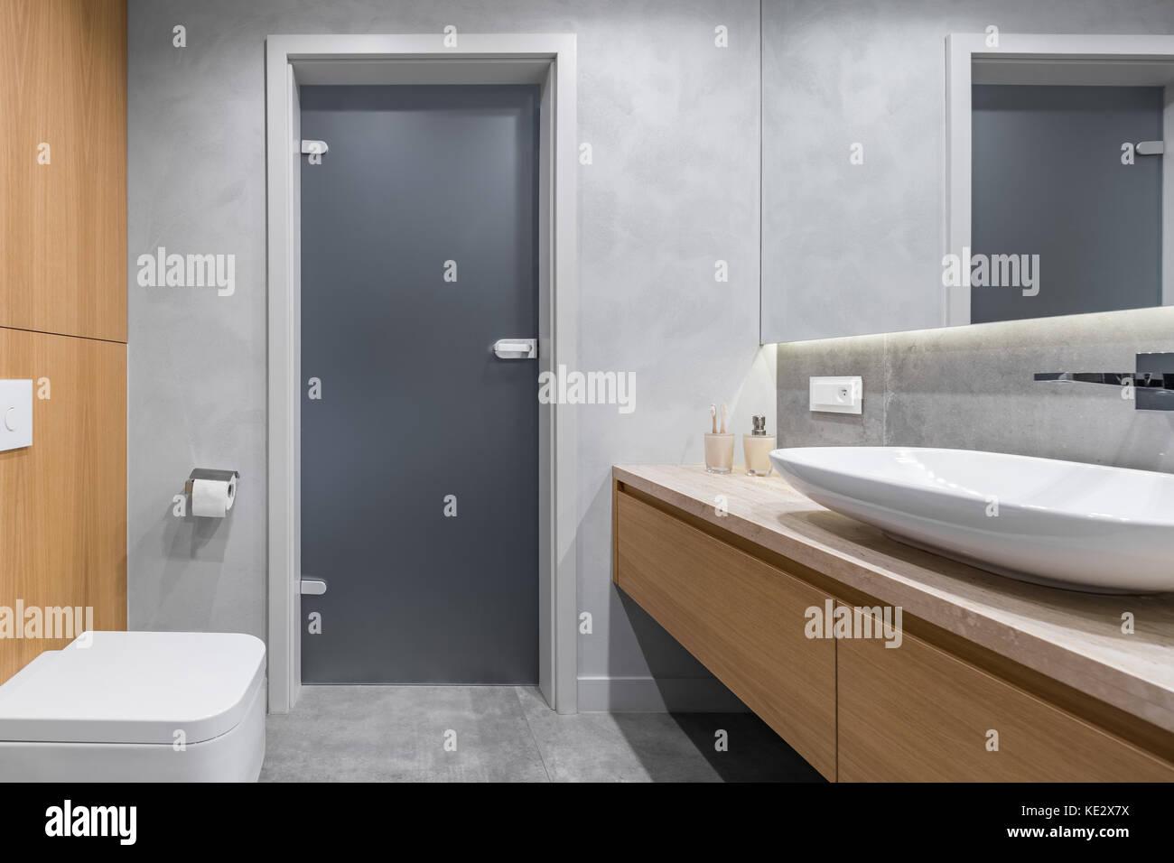 Nuovo design bagno con bancone bacino piastrelle grigio e bianco wc