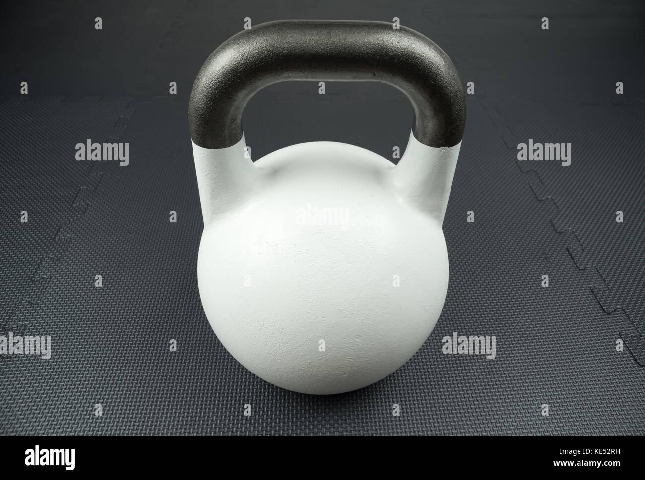 Bianco 10kg kettlebell della concorrenza su uno studio fitness