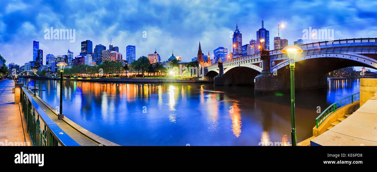 Princes ponte attraverso il fiume Yarra alla stazione di Flinders e il CBD di Melbourne e buio a sunrise con luminosi Immagini Stock
