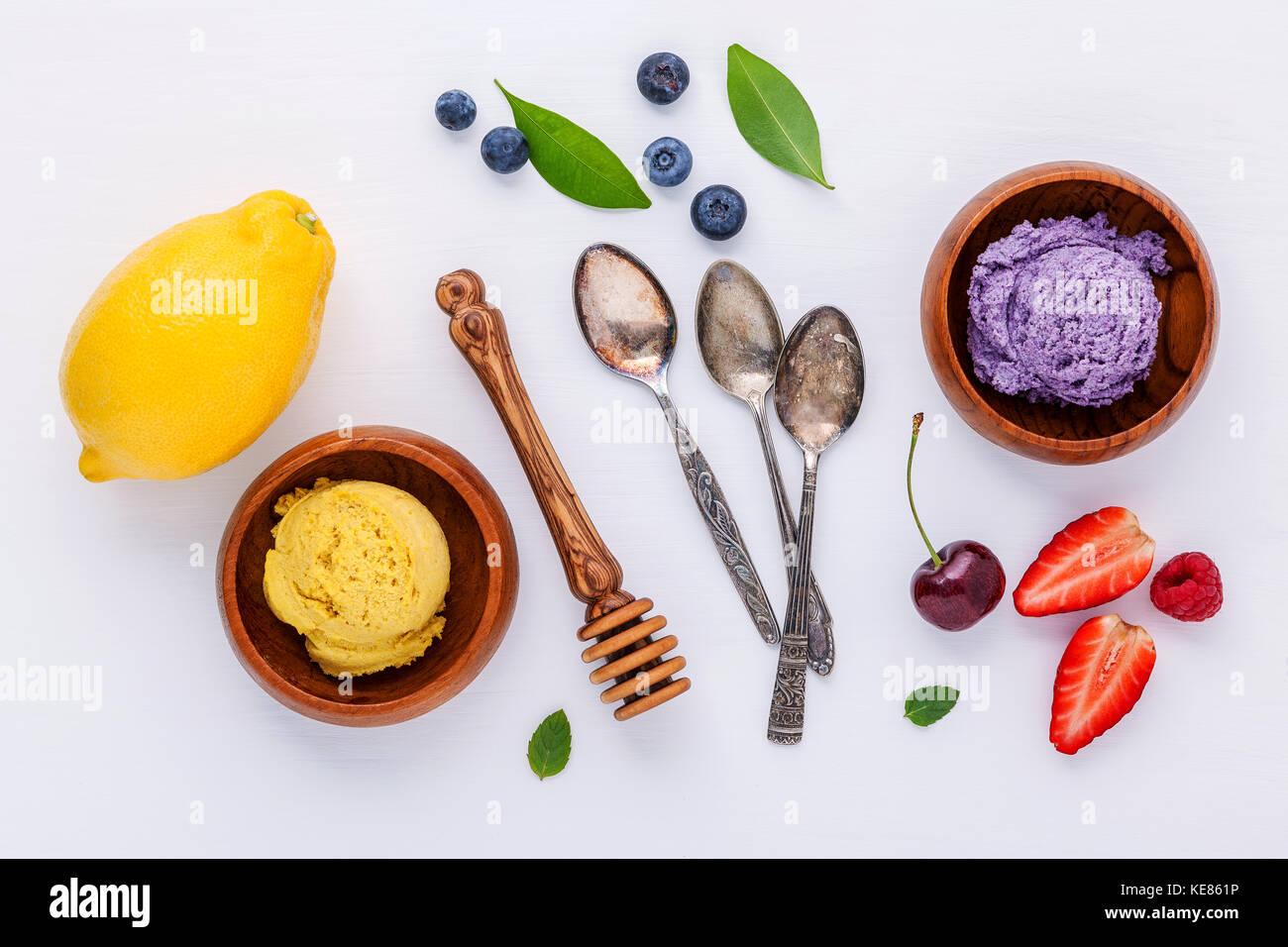 Lay piatto gelato con vari frutti ,Lampone Mirtillo ,fragola ,limone e ciliegia setup su sfondo bianco . Estate Immagini Stock