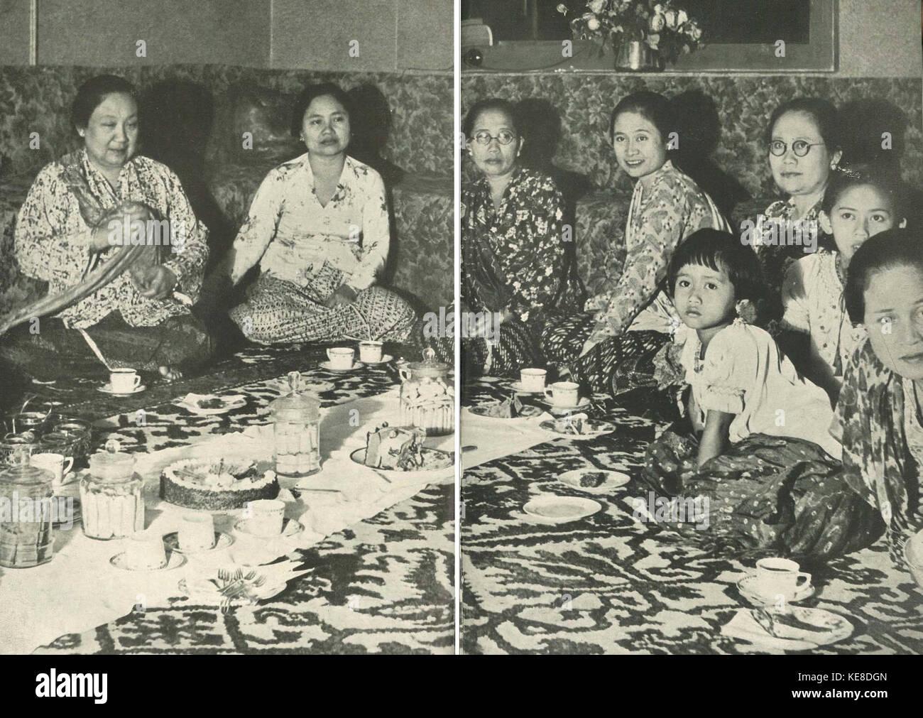 Ufficio Retro Wanita : Women drinking tea illustration immagini & women drinking tea